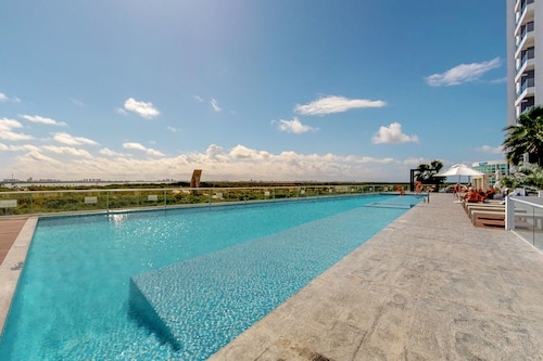Apartment w/ Incredible sea Views & Shared Pool/gym - Great Location!