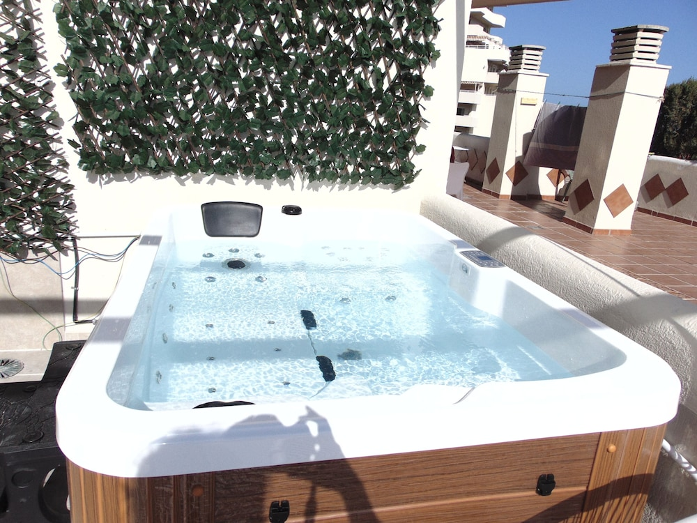 Gil En El Jacuzzi.Brand New Luxury Frontbeach With Jacuzzi For Up To 5