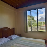House w/ Volcano View. Walking Distance From Supermarket and Restaurants