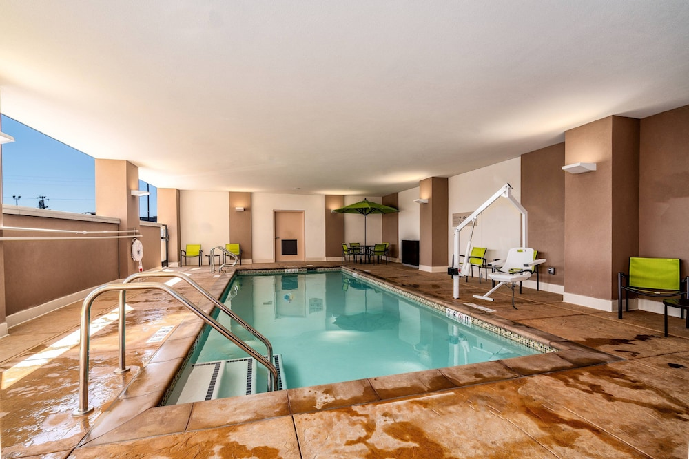 Pool, SpringHill Suites by Marriott Oakland Airport