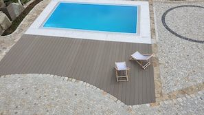 Sesongbasert utendørsbasseng og solsenger
