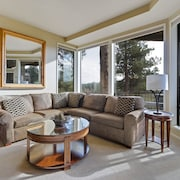 Enjoy Soaring Deschutes River Views From This Beautifully Appointed One-bedroom