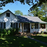 In the Heart of Leland, a Charming,renovated, Century old Cottage!