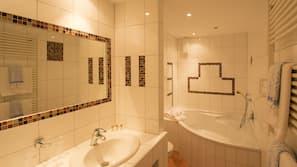 Kostenlose Toilettenartikel, Haartrockner, Handtücher