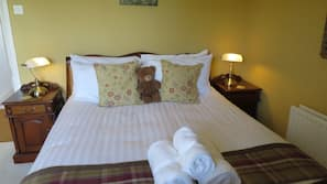 Hypo-allergenic bedding, blackout curtains, free WiFi, bed sheets