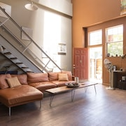 Room in Sunny, Art-filled Oakland Loft