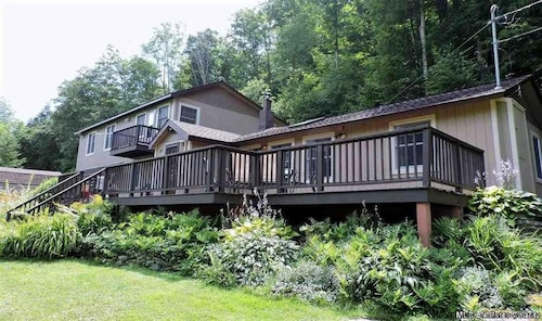 Hike, Relax & Explore the Catskill Mountains, NY! 4br/2ba-hot Tub-deck
