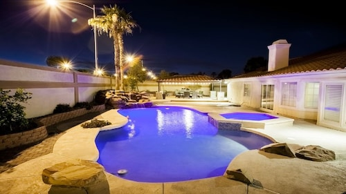 Modern Grand Villa - 8 Bdrms & 14 Beds Close to the Las Vegas Strip