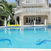 Petrovac Villa With Pool