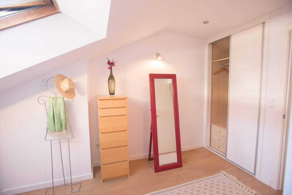 Room, Beautiful Duplex With Parking 5 Minutes From the Cathedral