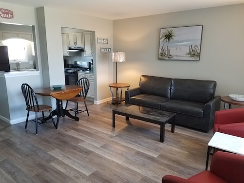 Newly Renovated, DOG Friendly, Fenced Yard, Walk to Stores and Restaurants