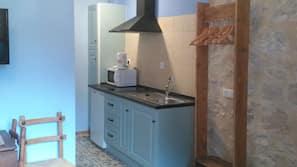 Stort kylskåp, mikrovågsugn, spishäll och grytor/köksredskap