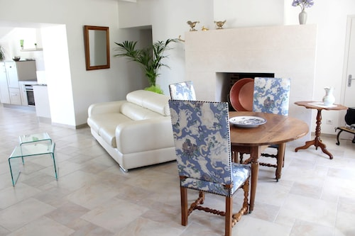 House With 3 Bedrooms in Saint-bonnet-sur-gironde, With Enclosed Garden and Wifi