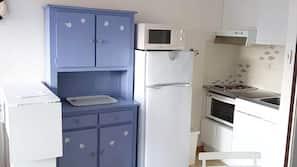 Frigorifero, microonde, piano cottura