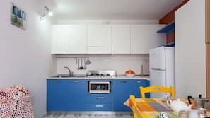Frigorifero con congelatore, microonde, piano cottura