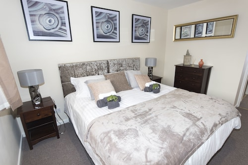 Hawksworth House, 2 Bedroom House, With Private Garden and Free Parking