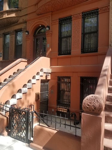 Beautiful Harlem Brownstown Garden Apatment