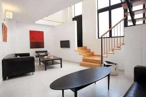Spacious Apartment for Families Near Park Guell