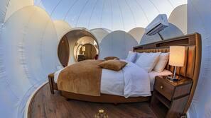Premium bedding, minibar, desk, free cribs/infant beds
