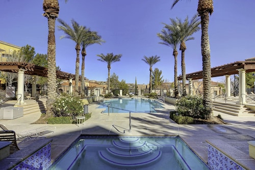 Lake Las Vegas Beautiful Poolside 2 Bedroom Condo.. 20 min to The Strip