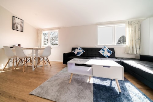 Takapuna Central Spacious & New Home 3