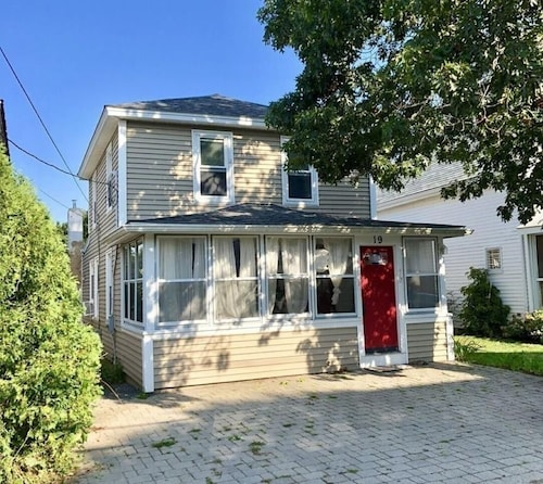 3 Bdrms, Sleeps 8, 1 1/2 Bath