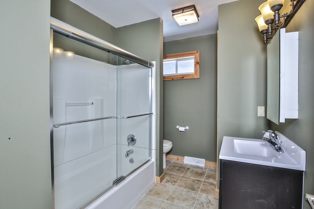 Bathroom, Mike's Five Bedroom Chalet on Eagle River Chain