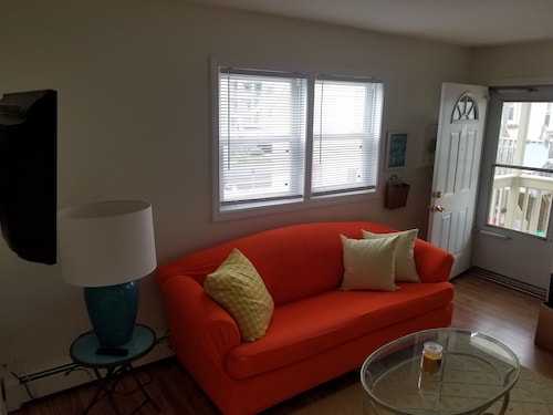 Cozy and Fun! 2 Br/1 BA W/ac - Sleeps 6-1 Block to Boards & Beach