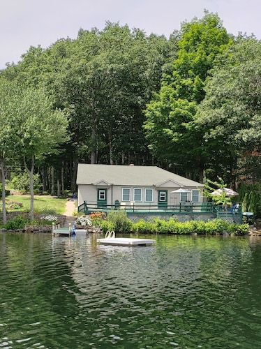 Cosy Vacation Waterfront Lakehouse Cottage: Muelle, Cubierta, Kayak, Nadar, Pescar, Relajarse