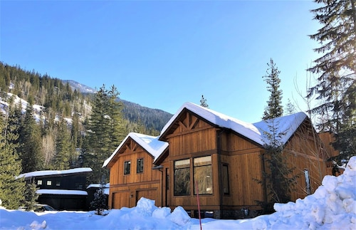 Mountain Gate Lodge, Luxury Vacation Home 2kms From Revelstoke Mountain Resort