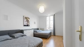 3 chambres, coffre-forts dans les chambres, fer et planche à repasser