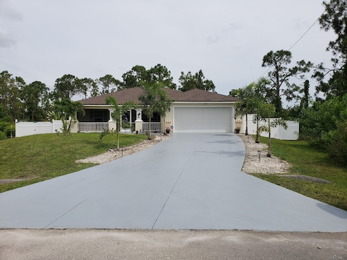 Hus 3BR 2BA Soveplass til 6 1408 Sq. Ft. Lehigh Acres, Florida