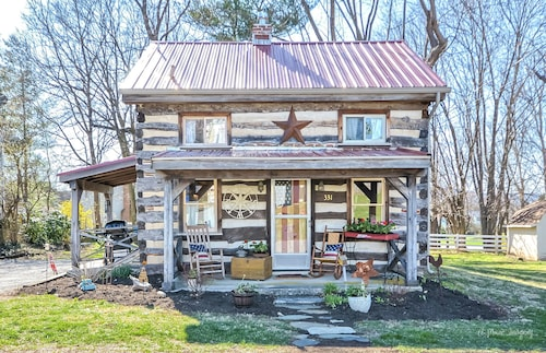 Vintage Cabin in the of Middletown , MD. Pet Friendly and Prime Location