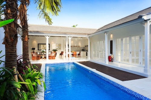 Elegant Hideaway With a Pool in Beach House Berawa Canggu