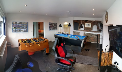 Large Holiday Let Suitable for Families, Groups. Sleeps up to Ten. Games Room
