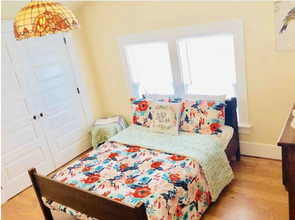 Room, Main Street Manor! Remodeled! Walk To Village!