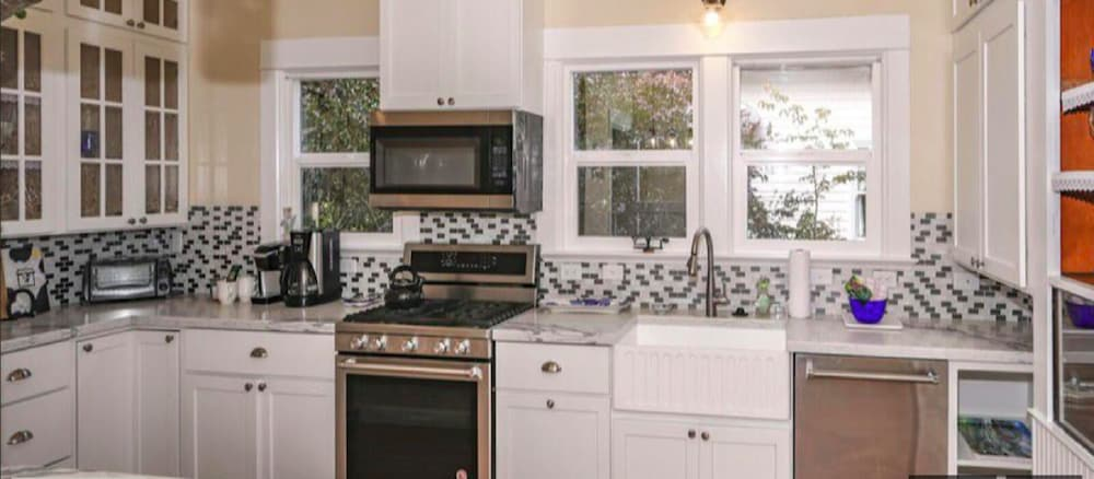 Private Kitchen, Main Street Manor! Remodeled! Walk To Village!