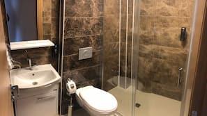 Een douche, gratis toiletartikelen, een haardroger, pantoffels