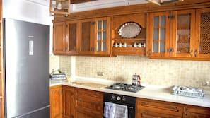 Full-size fridge, oven, dishwasher, electric kettle