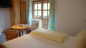 Schreibtisch, kostenlose Babybetten, kostenloses WLAN, Bettwäsche