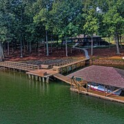 Luxurious Private Retreat 5 Bed 4ba, 5,400 sq ft on 3 Acres w 420' of Lake Front