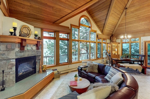 Gorgeous Lakefront Cabin w/ Private hot Tub, dry Sauna, Dock, & Stunning Views!