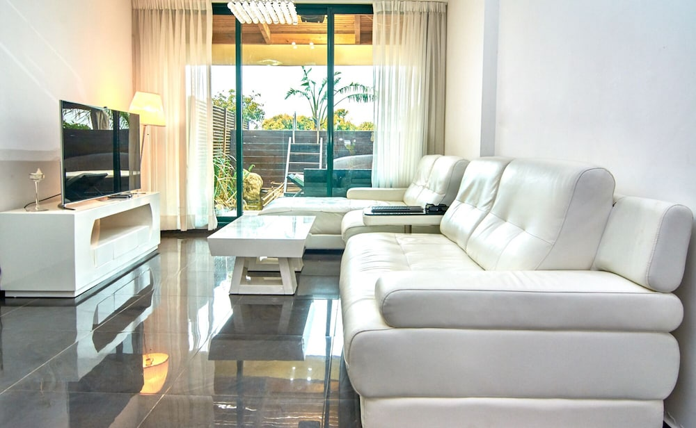 Living Room, The Resort House - Amazing 3BD Holiday Apartments for Families and Couples