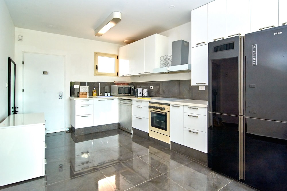 Private Kitchen, The Resort House - Amazing 3BD Holiday Apartments for Families and Couples