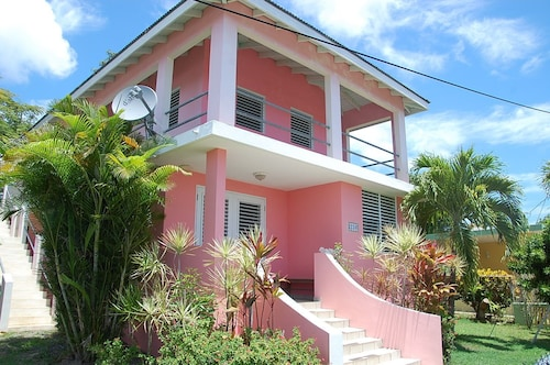 The Pink House - Loft for Two-private, Walkable to Restaurants and the Beach