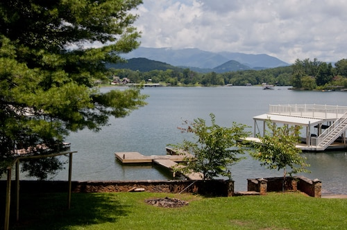 Lake Chatuge Chillin With Boat Dock. Mountain Views and More. Internet Access