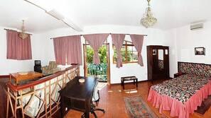 Cofres nos quartos, escrivaninha, cortinas blackout, Wi-Fi de cortesia