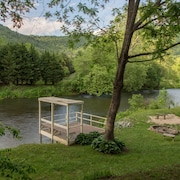 Quiet Pet-friendly Riverfront House With Large Back Deck, hot Tub, Fireplace