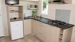 Kühlschrank, Ofen, Herdplatte, Kochgeschirr/Geschirr/Besteck
