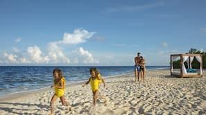 Am Strand, weißer Sandstrand, Massagen am Strand, Kajakfahren